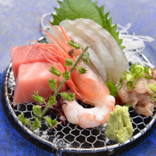 *お夕食一例(お造り)/近海で水揚げされた新鮮な海の幸を彩り豊かに盛り付けました。