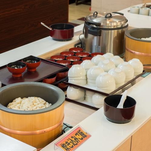 *夕食一例 / 季節の食材を使用した炊き込みごはん。