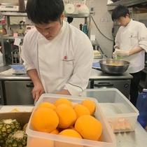 ホテル八木の総料理長・見澤が総勢6名のキッチンスタッフを束ねます。
