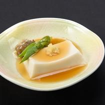 【精進料理 一例】口当たりのやわらかい、あんかけのお豆腐。生姜が風味を引き立てます。