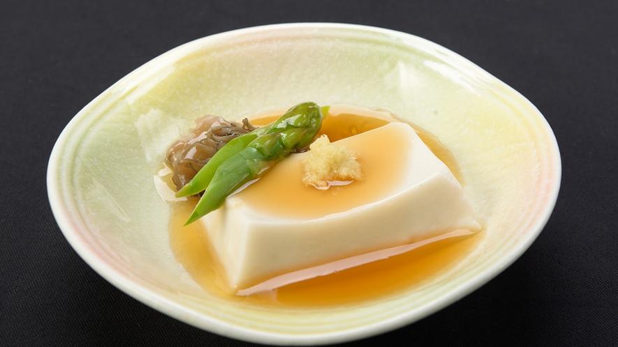 *【精進料理 一例】口当たりのやわらかい、あんかけのお豆腐。生姜が風味を引き立てます。