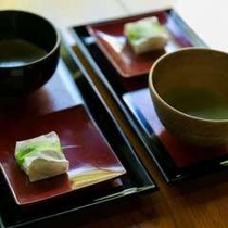 和風ロビー松風でのお抹茶サービスは18:00まで。お気軽に「もう一服」とお声を掛けてください。