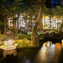 幻想的なライトアップされた日本庭園
