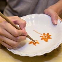 楽焼処「楽々庵」では絵付け体験もできます。