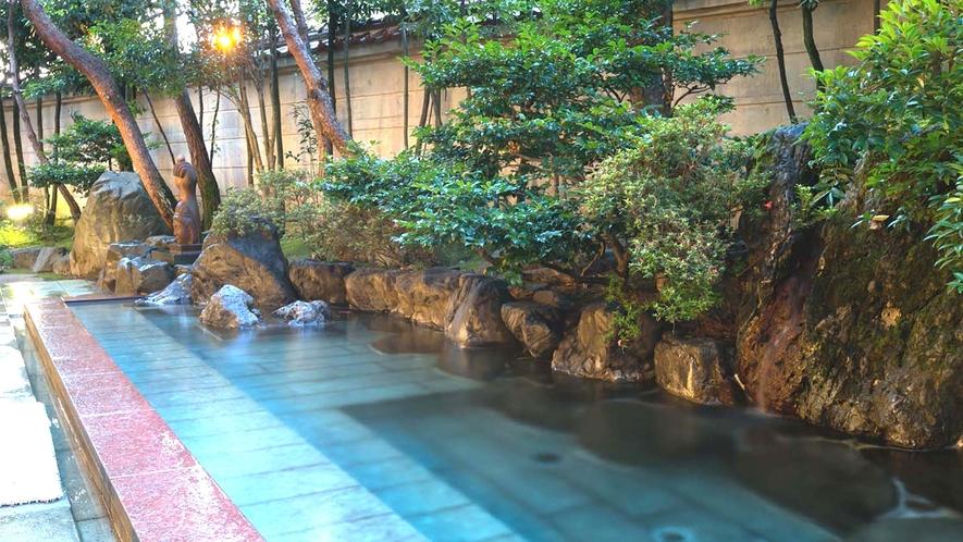 【豊明(ほうめい)】男性露天風呂。1300年から湧く効能豊かな湯をお楽しみください。