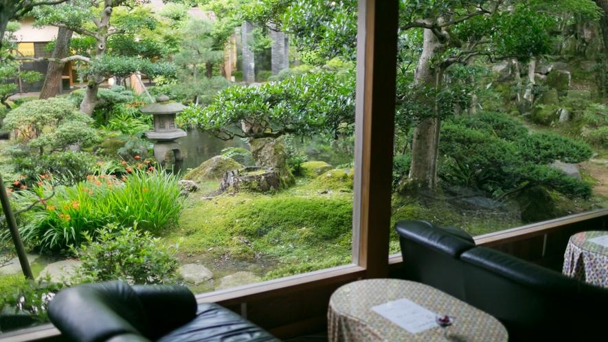喫茶コーナーから眺める日本庭園。