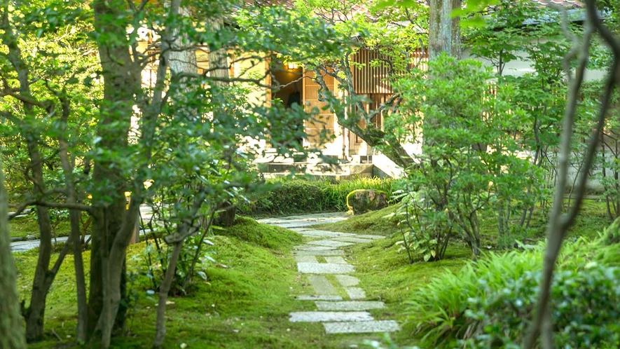 離れ「延命閣」へと続く、苔むした日本庭園