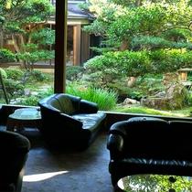 喫茶コーナーから眺める日本庭園。朝はコーヒーや紅茶、ソフトドリンクをお楽しみいただけます。