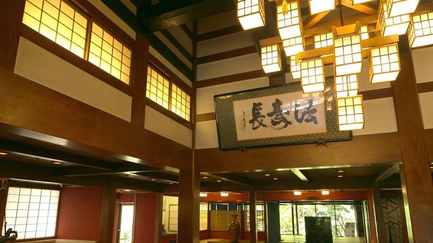 国の重要指定文化財に登録されている建屋にある玄関ロビー。