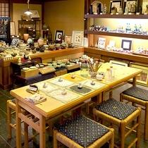 楽焼処「楽々庵」数々の美術品などを展示しております。