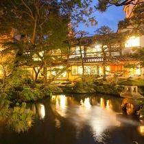 苔が美しい小堀遠州ゆかりの日本庭園。夜はライトアップされます。