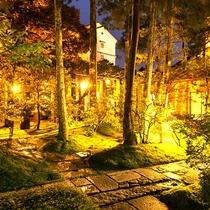苔が美しい小堀遠州ゆかりの日本庭園。夜はライトアップされ散策もできます。