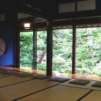 和風ロビー松風で到着後(18:00まで)、庭園を眺めるお部屋にて御抹茶のサービスを行っております。