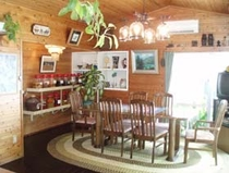 食堂。部屋は和室ですが、食堂は洋風です