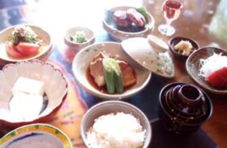 夕食例。夕食も沖縄家庭料理がたのしめます
