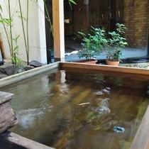 【露天風呂(婦人用)】清々とした檜の露天風呂です。