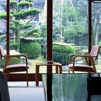【庭園を望む客室】(一例)四季それぞれに趣を変える中庭を臨むことができる客室。