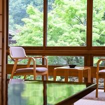 【庭園を望む客室一例】庭園を囲むように配された客室。窓辺の席は2人だけの特等席。