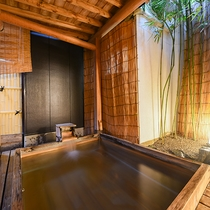 【露天風呂(婦人用)】 こじんまりとしておりますが、木風呂の露天風呂もございます。
