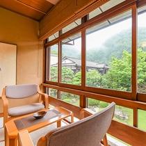 【庭園を望む客室(一例)】庭園を囲むように配された客室。窓辺の席は2人だけの特等席