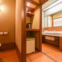 【庭園を望む客室の洗面所・トイレ(一例)】
