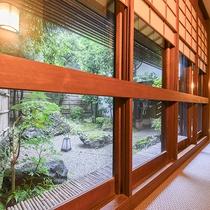 【館内】中庭を囲むように続く廊下。落ち着いた和風旅館の趣き。