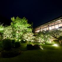 【庭園】城崎でも珍しいゆったりとした本格庭園がございます。新緑・紅葉・雪景色…四季折々の姿を。