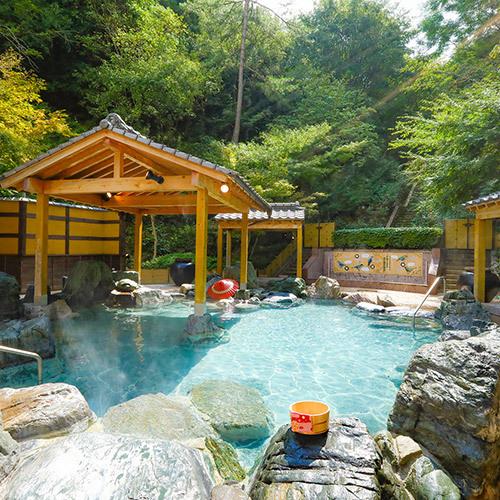優しい緑に包まれた大露天風呂