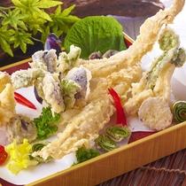 【7月22日~8月31日】夏の料理フェア『旬の穴子の天ぷらと夏野菜の盛り合わせ』※イメージ