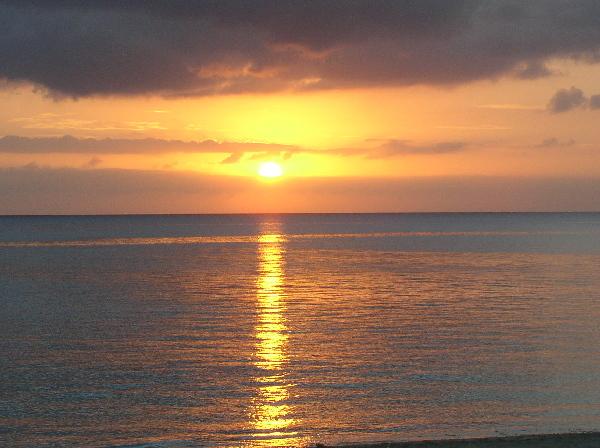 夕日が水平線に沈んでいきます。