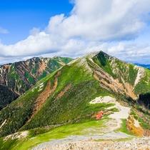 **【秋の常念岳登山(常念乗越と横通岳)】形の整ったピラミッド型が大変美しい安曇野のシンボル。