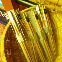 *【食事】栗の木お箸。食事の際に出てきます。