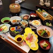 *【夕食全体例】契約農家から仕入れる新鮮な高原野菜と日本海直送の海の幸をふんだんに使用。