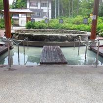 *【周辺】高原の澄んだ青空の中で、深呼吸しながらお湯に足をつければ、癒し効果も抜群。