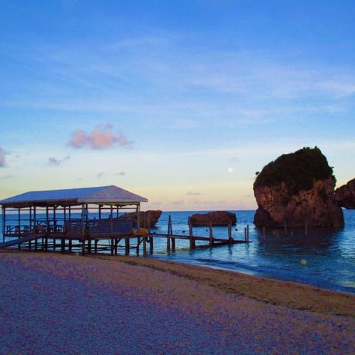 【車で15分】新原(みーばる)ビーチ 透明度が高い海に白い砂浜の小さなビーチ/マリンレジャーあり