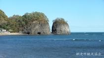 *[二ツ岩]当館より車で約15分。網走市内を抜け沿岸を能取岬方面へ向かう途中に見えてきます