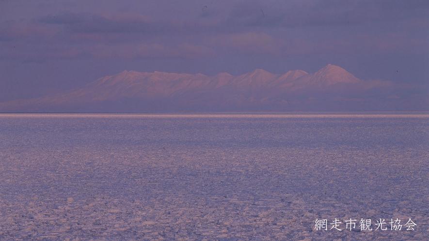 *[風景/冬]流氷と知床。流氷が浮かぶ海上から望む幻想的な知床