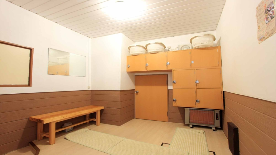 *大きなロッカーが備えられた清潔な脱衣所です。