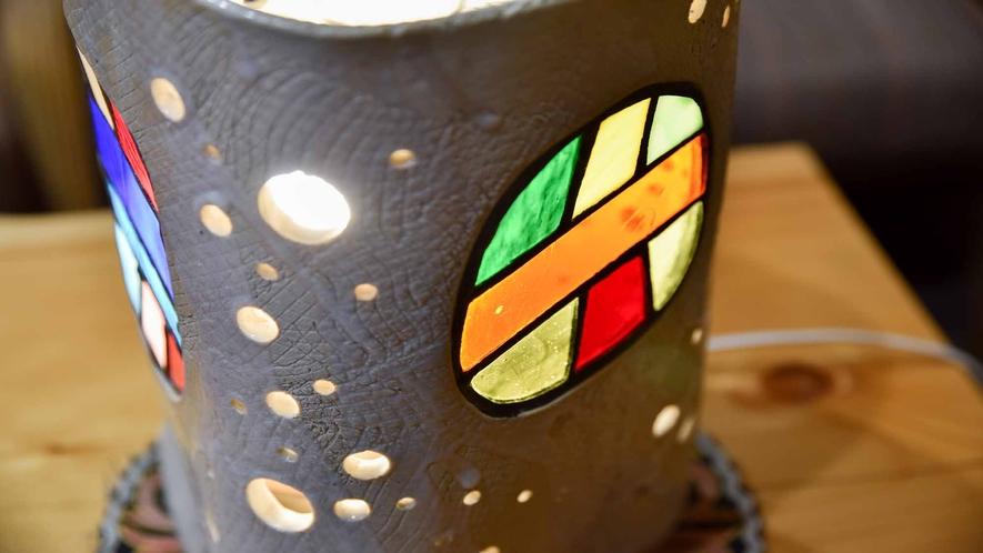 *館内一例:アーティストさん作成の手作りランプの温かい光