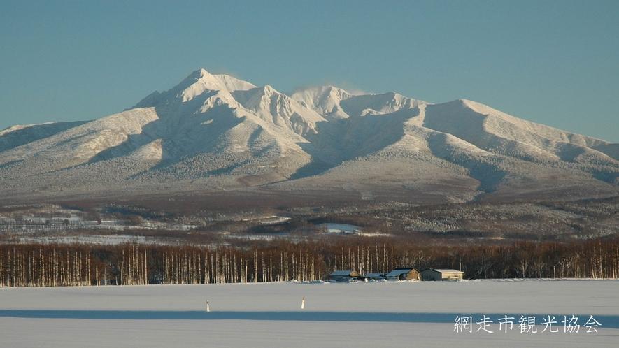 *[風景/冬]冬の斜里岳。雪原にそびえる雄大な風景