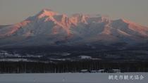 *[風景/冬]冬の斜里岳。夕暮れに染まる雄大な姿も圧巻