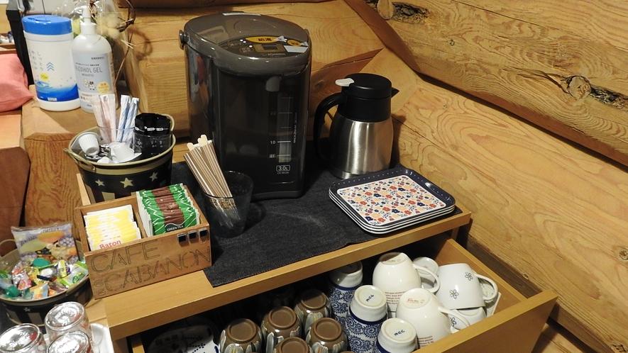 コーヒー、お茶、紅茶などが楽しめる無料ドリンクコーナー