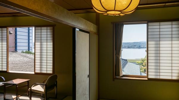 【宍道湖向き15畳】庭園越しに湖を眺める(2F・アウトバス)