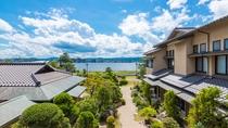 お部屋からは日本庭園越しに宍道湖を望むことができます