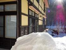朝日を浴びる冬の尾瀬野と檜枝岐川渓谷の雪景色を望む