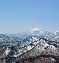 高畑スキー場より桧枝岐村の方角と尾瀬のシンボル・燧ケ岳を望む