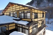 檜枝岐川渓谷の雪景色に包まれた冬の尾瀬野より東の方角を望む