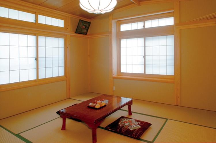 桧枝岐川渓谷の四季折々の風情豊かな景観を目前に望む・和室8畳「はくさんこざくら」