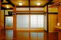 地元産の木材を豊富に使用して造られた館内・玄関ロビー