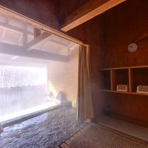 *露天風呂/野趣に富む露天の脱衣処。自然に囲まれた立地ならではの雰囲気を味わえます。